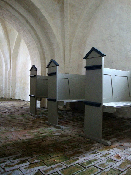 Udsnit af det nye inventar - bænke fra 2001 i Aunsø Gamle Kirke