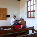 Nekselø Kirkes organist, Jane Øberg spiller på kirkens orgel.
