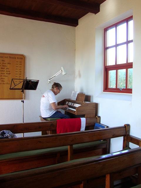 Jane Ørbæk, der bor på Nekselø, spiller på Nekselø Kirkes orgel - 3. sept. 2014. Foto: Flemming Paulsen
