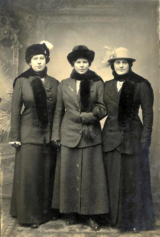 Disse tre ungedamer er indkommet sammen med arkivalier fra Romperup Købmandsforretning