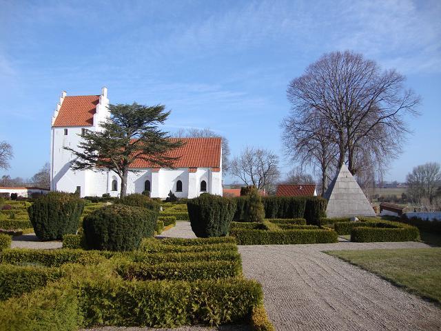 Føllenslev Kirke med det pyramideformede granitmausoleum fotograferet d. 17. april 2013 - Foto: F.P.