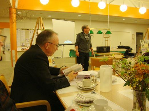 Formanden Jens Weinreich byder velkommen til de fremmødte. T.v. Ses aftenens dirigent, Jan Østergård.