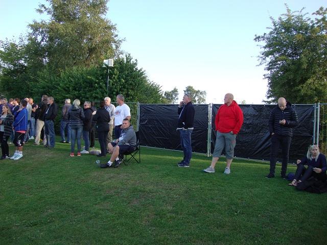 Fremad Amagers træner John Faxe Jensen (med solbriller i panden) taler i mobiltelefon. Foto: FP