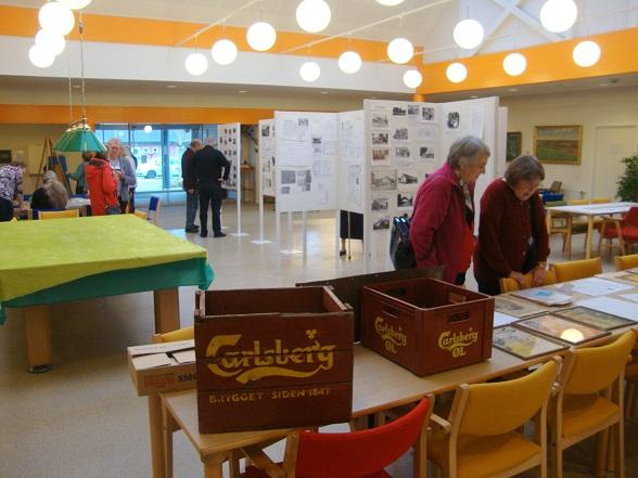 En stor del af udstillingsmaterialet var lagt frem på bordene. Her er det Agnes Østfeldt og Ellen Rasmussen, der studerer det lidt nærmere.  Foto: F.P.