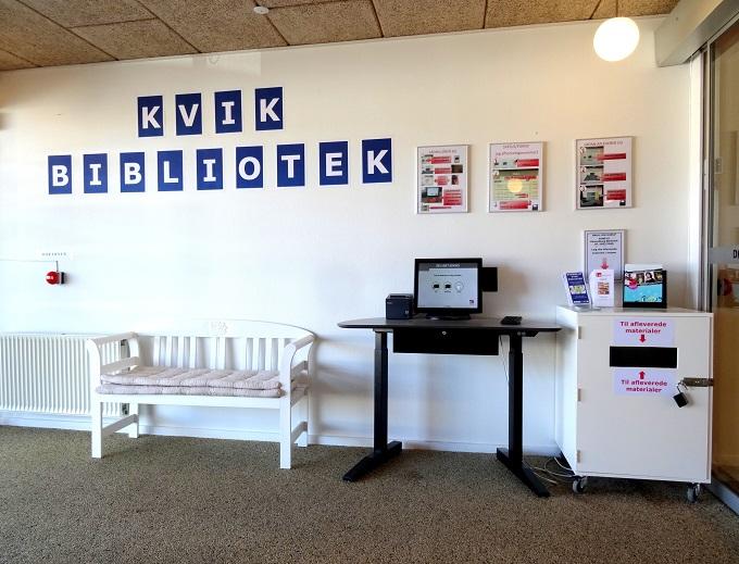 Aktivitetscentret foyer med udlånspult og afleveringsboks.