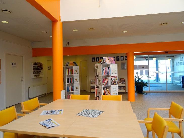 Hjørne af cafélokalet med de opstillede bogreoler.