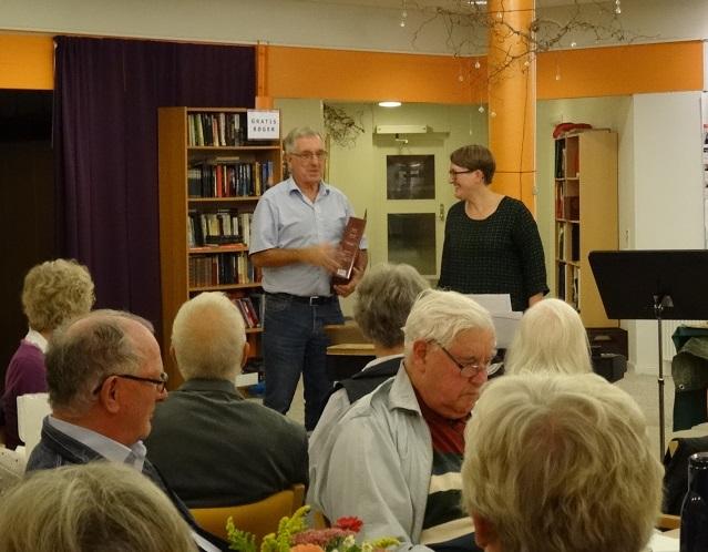 Karsten Ahrens takker Charlotte Nielsen og de to piger Ellen og Astrid for aftenens fornemme musikalske foredrag.