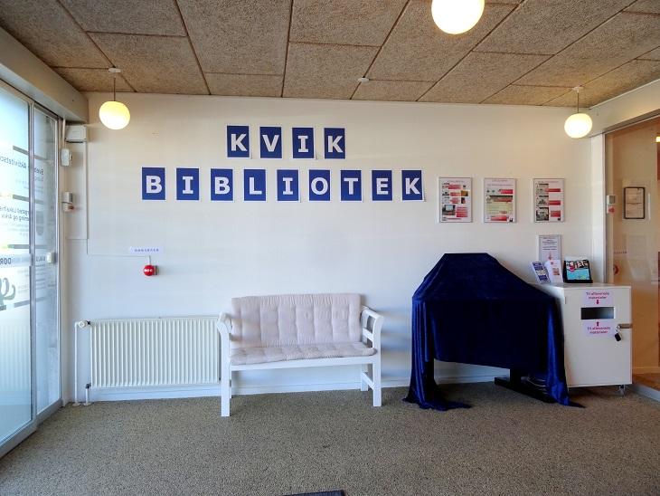 Svebølle Aktivitetscenters foyer med de opstillede udlåns- og afleveringspulte.