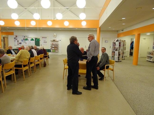 Jens Weinreich får sig en snak med aftenens foredragsholder, den 82-årige Eigil Lynge Jacobsen.