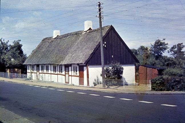 Bodilhus - Svebølle Stationsbys ældste hus, Stationsvej 2. - Sikkert opført ml. 1850 og 1870. Foto: Knud Hansen - sidst i 1950'erne.