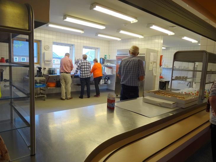 I køkkenet er der travlhed. Foto: F.P.
