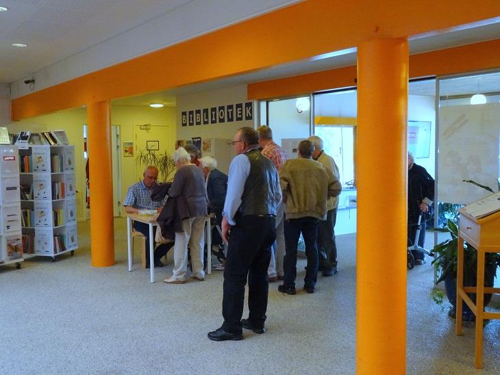 "Publikum ankommer i god tid. Henning Jensen er ""kassemester"". Foto: F.P."