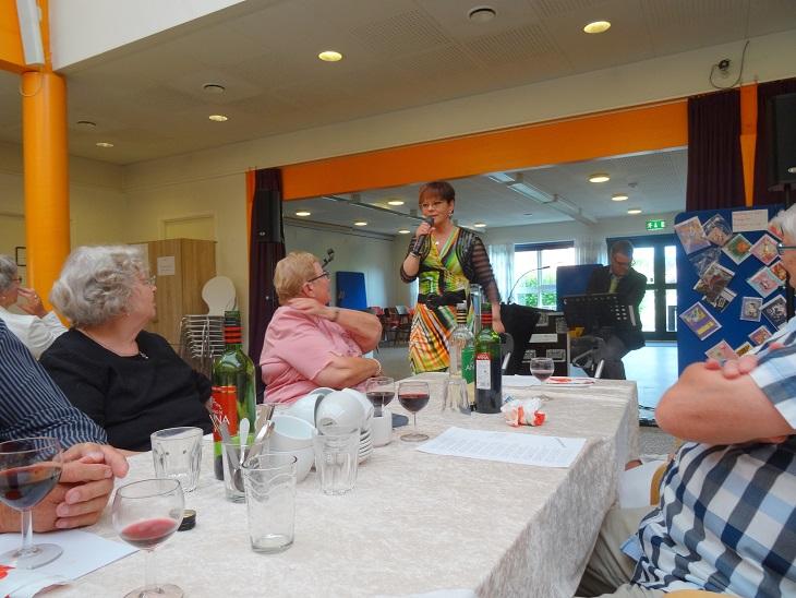 Lotte Riisholt indleder sin festlige og humørfyldte underholdning. Foto: F.P.