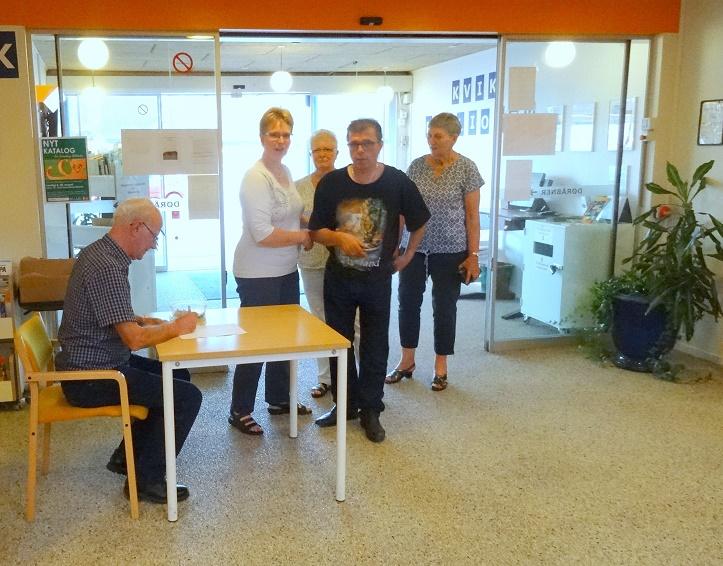 Publikum kommer i god tid. Kasserer Henning Jensen sidder klar ved indgangen til café-lokalet. F.P.
