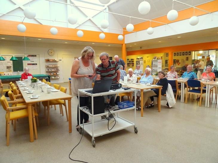 Pernille Buttenschøn og foreningens formand Jens Weinreich tjekker projektor-udstyret. Foto: F.P.
