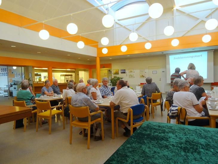 De mange fremmødte fyldte godt i Åvangens Café-lokale. Foto: F.P.
