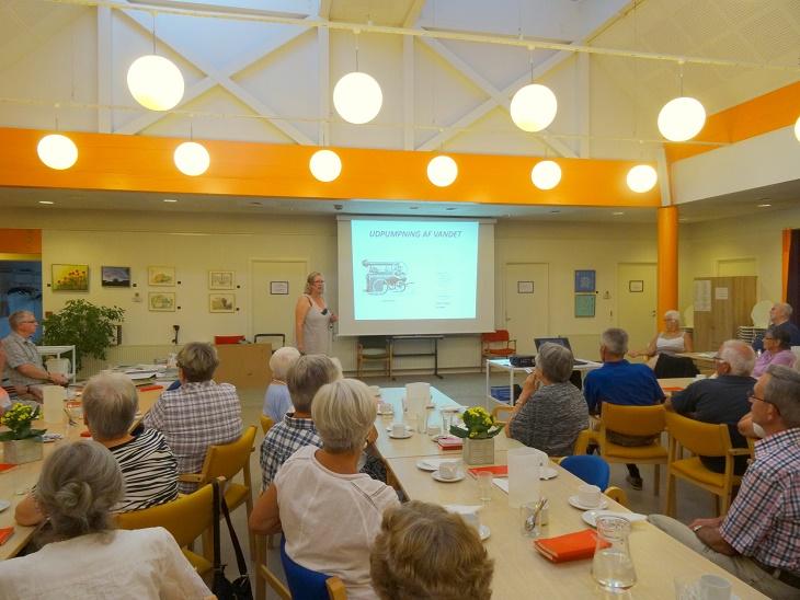 Pernille har begyndt sit foredrag.  Foto: F.P.