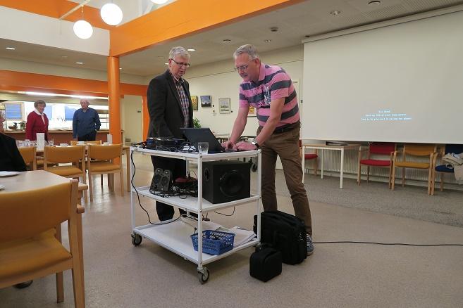 Benny Jørgensen fra arkivet tv og aftenens foredragsholder John Buur Christiansen er ved at gøre udstyret klar. Foto: F.P.