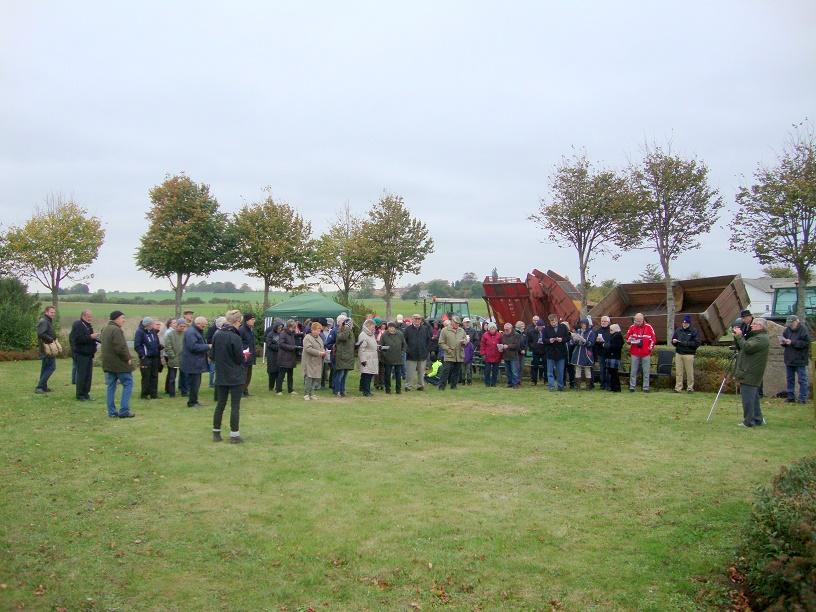 Som det ses på billedet var der et pænt fremmøde i forbindelse med afsløringen af mindestenen for Karoline Graves. Foto: F.P.