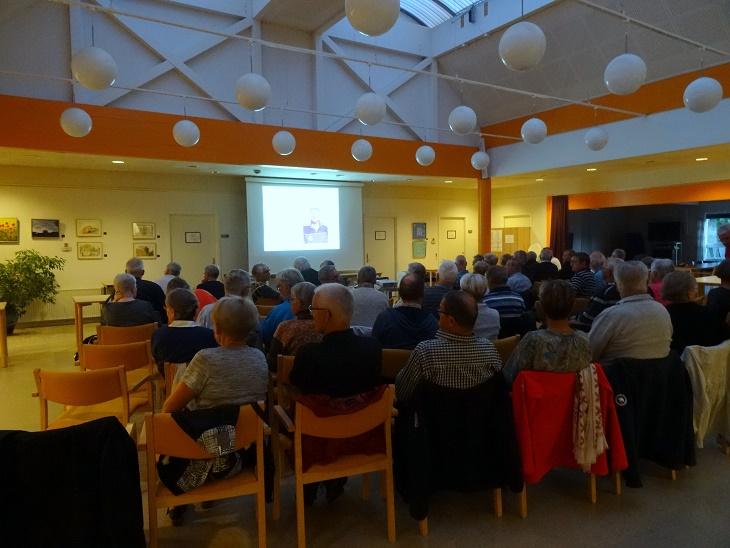 De omkring 70 fremmødte fyldte godt i Åvangens cafélokale. Foto: F.P.