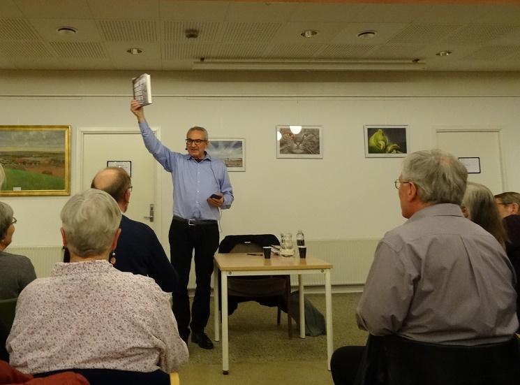Samuel Rachlin med den ene af de to bøger, der efterfølgende kunne købes. Foto: F.P.