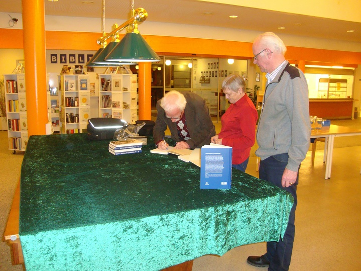 De fleste valgte at få bogen signeret. Foto: F.P.