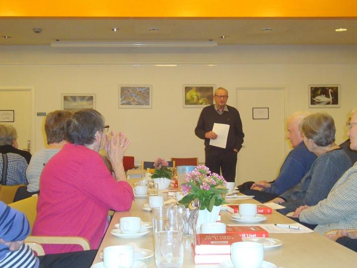 Jørgen Arnam-Olsen er godt i gang med sit foredrag. Foto: F.P.