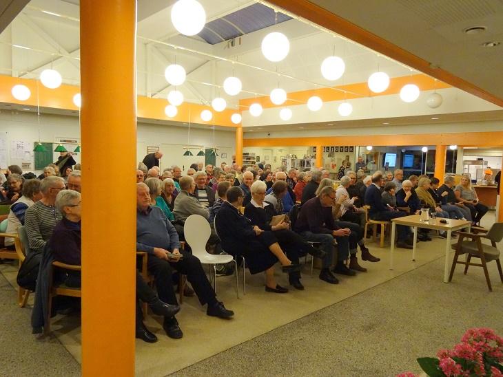 !50 var mødt op for at høre Samuel Rachlins foredrag. Foto: F.P.