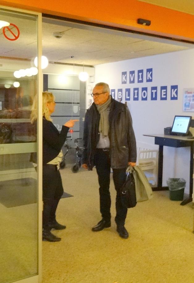Samuel Rachlin ankommer til Svebølle Aktivitetscenter og modtages af bibliotekar Stine Veisegaard. Foto: F.P.