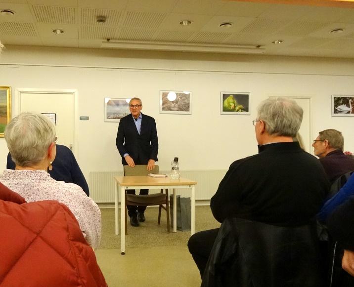 En veloplagt Samuel Rachlin har begyndt sit fængslende foredrag. Foto: F.P.