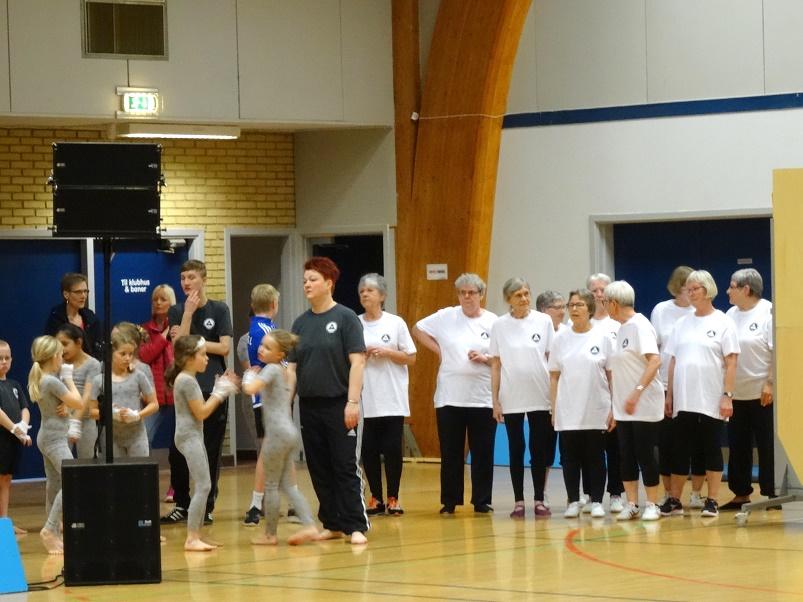 Nogle af motionsdamerne fotograferet sammen med deltager fra et af børneholdene. Foto: F.P.