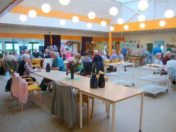 Dagen indledtes med morgenkaffe med rundstykker og en lille én i Svebølle Aktivitetscenter - Foto: F.P.
