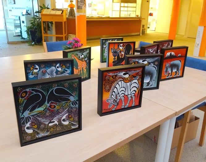 Margit og Henrik havde medbragt lokal kunst fra Tanzania. Overskuddet ved salget går til bedring af forholdene for masaipigerne. Foto: F.P.
