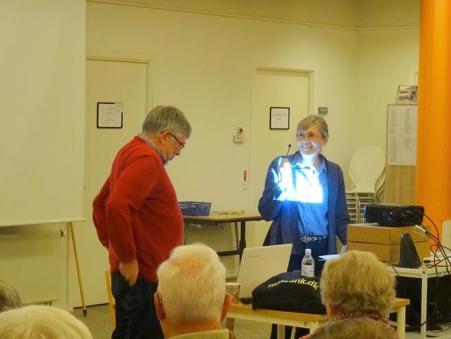 Marlene Paulsen byder velkommen og præsenterer aftenens foredragsholder for publikum. Foto: F.P.