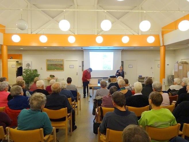 Carsten Egø Nielsen er ved at være klar til at kunne begynde sit foredrag. Foto: F.P.