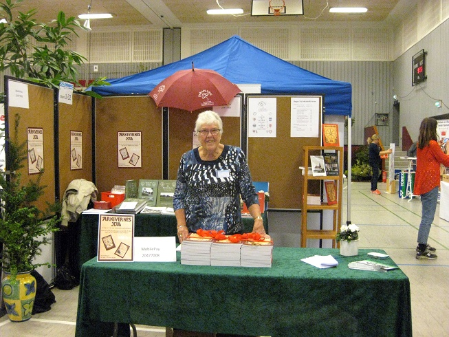 Formand for Paraplyen, Anne Christensen fra Gørlev ved lokalarkivernes stand. Foto: Inga Jensen