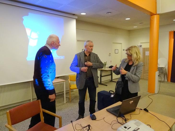 Aftenens foredragsholder Lars. R. Møller får hjælpo af bibliotekar Stine Veisegaard mens Olav Rye Hintze ser til. Foto: F.P.