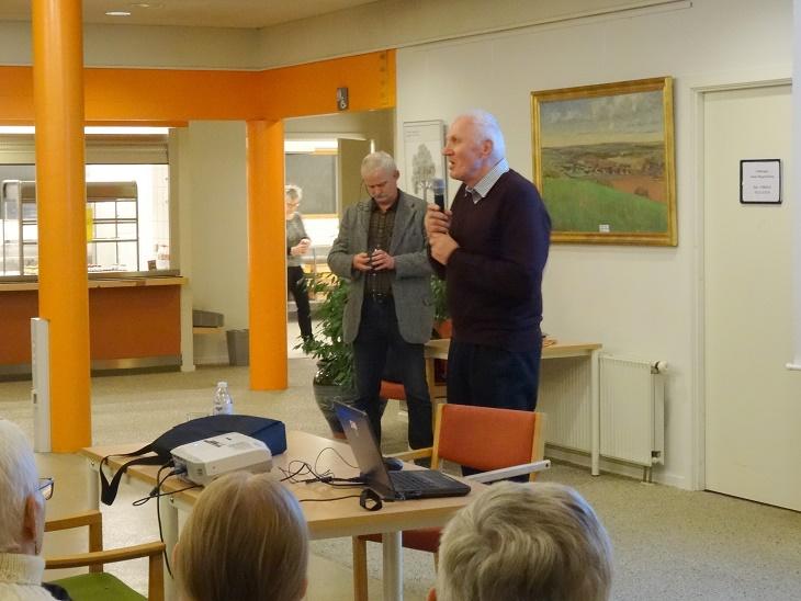Olav Hintze Hintze byder på arrangørernes vegne velkommen til aftenens foredragsholder og til de mange fremmødte. Foto: F.P.