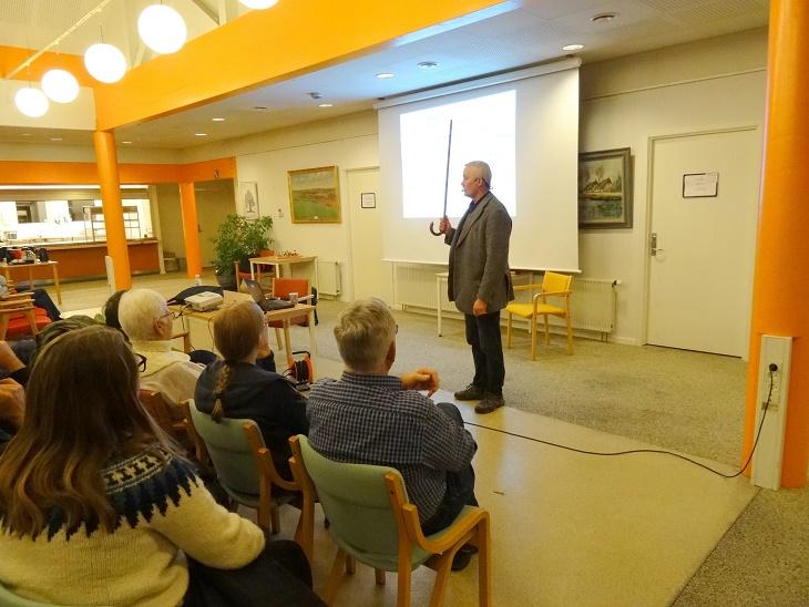 Lars R. Møller brugte stokken, der var en del af hans udrustning i Tuzla som pegepind under sit foredrag. Foto: F.P.