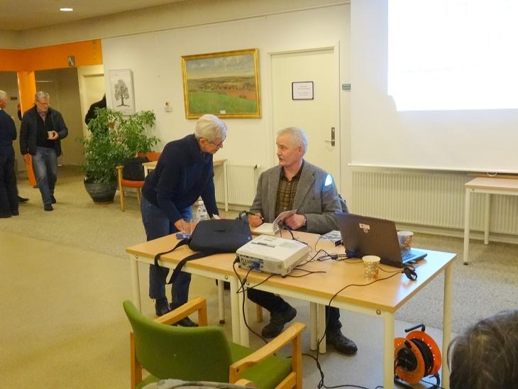 Krista Andersen, der var kommet fra Kalundborg sikrer sig Lars R. Møllers signatur i den bog, hun lige har købt. Foto: F.P.