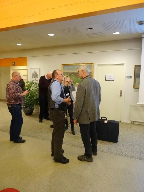 Lars R. Møller får en snak med Niels Kristiansen. Foto: F.P.