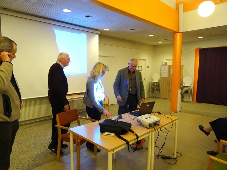 Lars R. Møller bliver instrueret i brugen af de tekniske hjælpemidler af bibliotekar Stine Veisegaard. Foto: F.P.