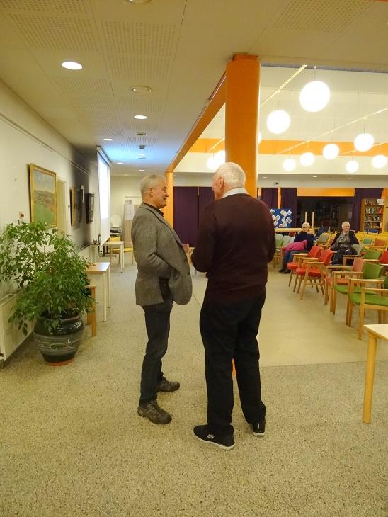 Olav Rye Hintze får en indledenden snak med aftenens foredragsholder Lars R. Møller Foto: F.P.