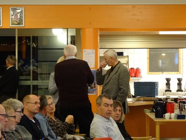 Olav Hintze og bag ham bibliotekar Stine Veisegaard får en snak med Lars. R. Møller. Foto: F.P.