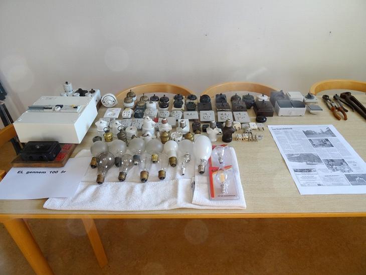 Jens Weinreich, der har en fortid som elektriker, havde medbragt et stort udvalg af el-artikler. Foto: F.P.