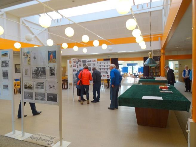 Arkivets formand Jens Weinreich har stor lokal viden og ses er her i færd med at forklare, hvad, der ses på en af de mange udstillingsrammer, men Poul Nautrup i blå trøje ser til. Foto: F.P.