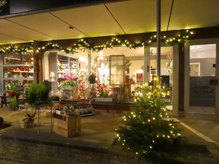 Butikkerne er pyntede og er med til at skabe julestemning, som her Frk. Tulle Blomster. Foto: F.P.