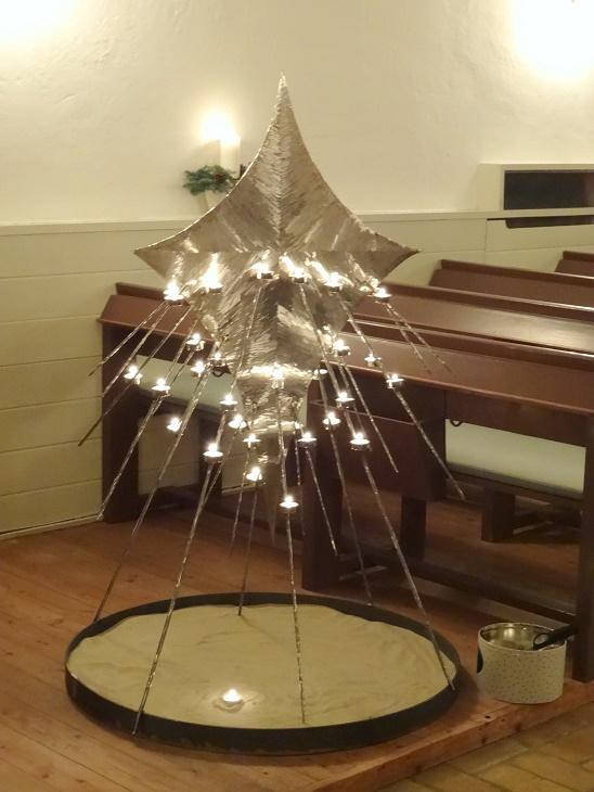 """Den flotte """"lys-stjerne"""" med lys. Kunstværket er udført i slebet og poleret rustfrit stål. Foto: F.P."""
