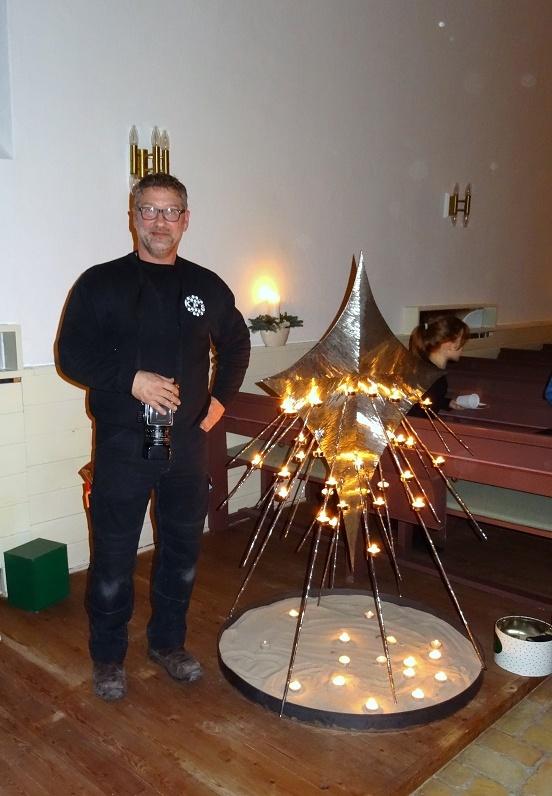 Kunstneren og smeden Johnny Lindahl ved siden af sit flotte kunstværk. Foto: F.P.
