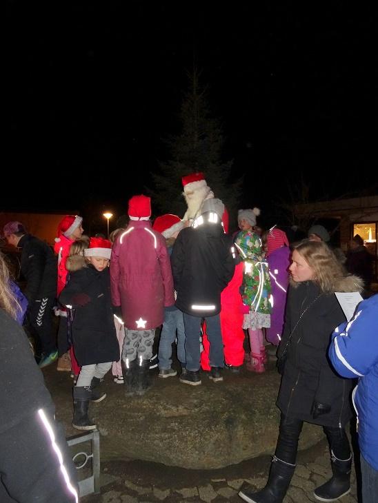 Julemanden deler godter ud til store og små. Foto: F.P.